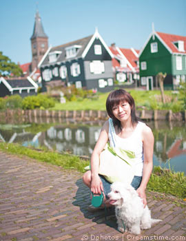 Frau mit Hund in Holland